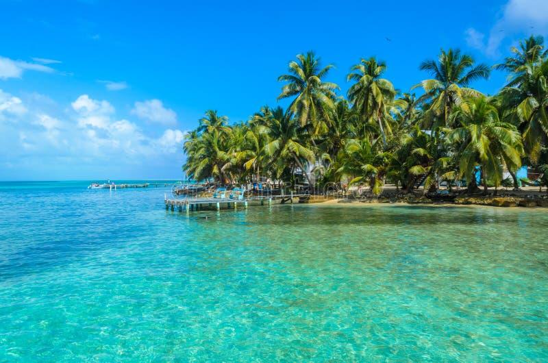 Tabaco Caye - peque?a isla tropical en la barrera de arrecifes con la playa del para?so, mar del Caribe, Belice, America Central fotografía de archivo