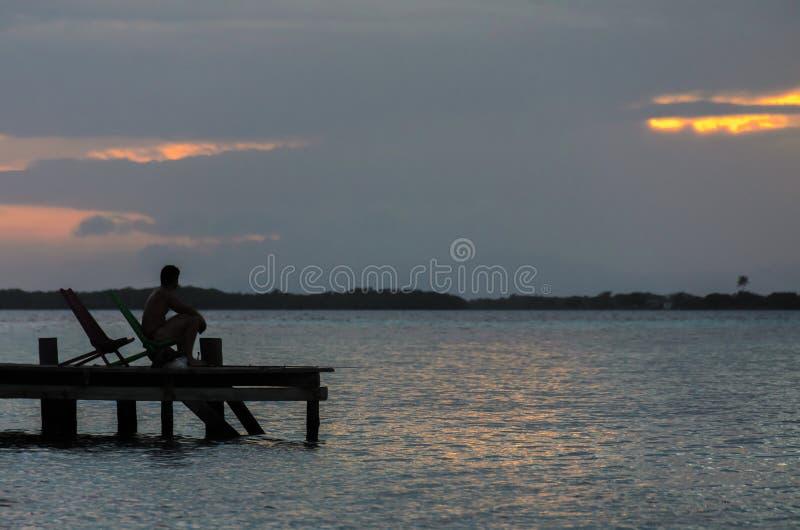 Tabaco Caye - peque?a isla tropical en la barrera de arrecifes con la playa del para?so, mar del Caribe, Belice, America Central imagen de archivo