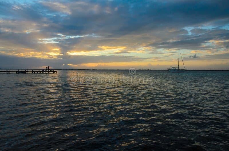 Tabaco Caye - peque?a isla tropical en la barrera de arrecifes con la playa del para?so, mar del Caribe, Belice, America Central foto de archivo libre de regalías