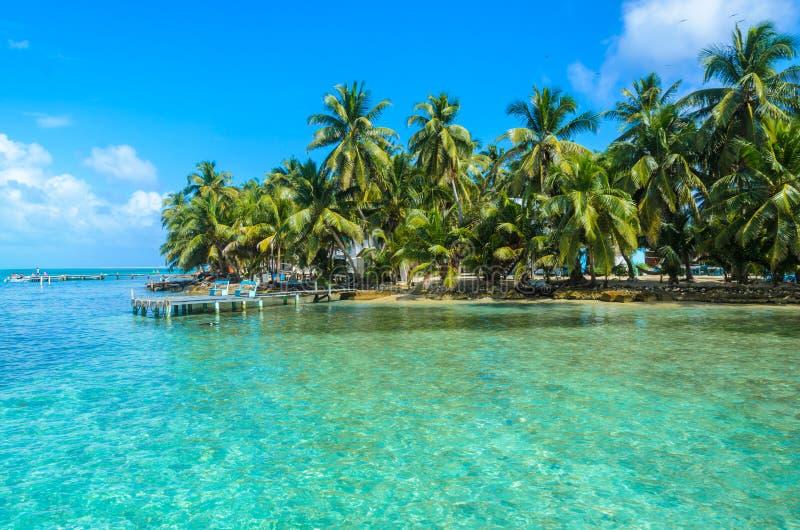 Tabaco Caye - peque?a isla tropical en la barrera de arrecifes con la playa del para?so, mar del Caribe, Belice, America Central imagenes de archivo