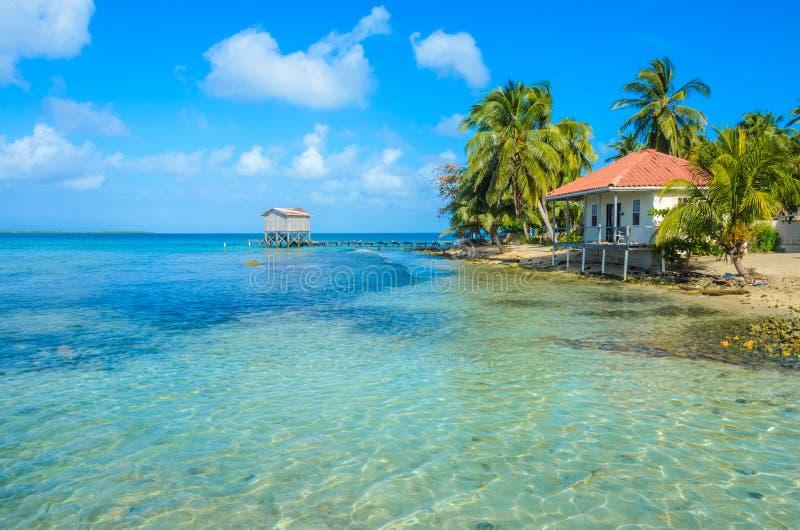 Tabaco Caye - relaj?ndose en la cabina o la casa de planta baja en la peque?a isla tropical en la barrera de arrecifes con la pla fotografía de archivo libre de regalías