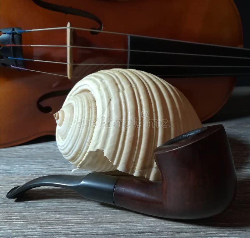 Tabaczna drymba, stary skrzypce i denny bubel, fotografia stock