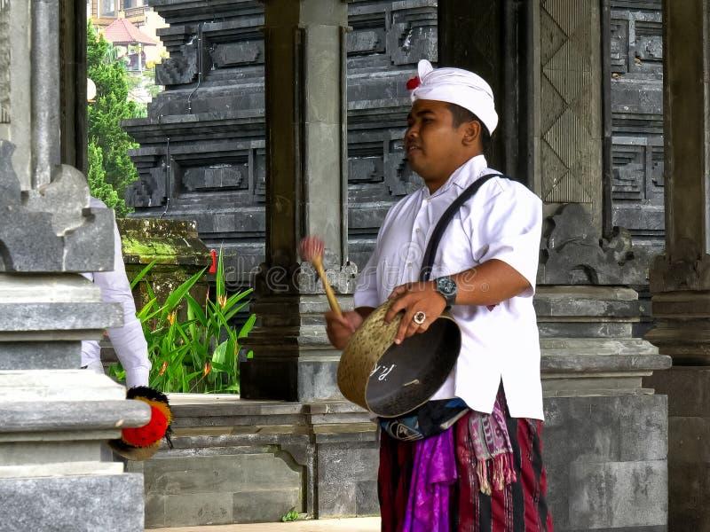 TABANAN, INDONESIË 16 JUNI, 2017: sluit omhoog van een gongspeler bij de beratan tempel van ulundanu stock foto's