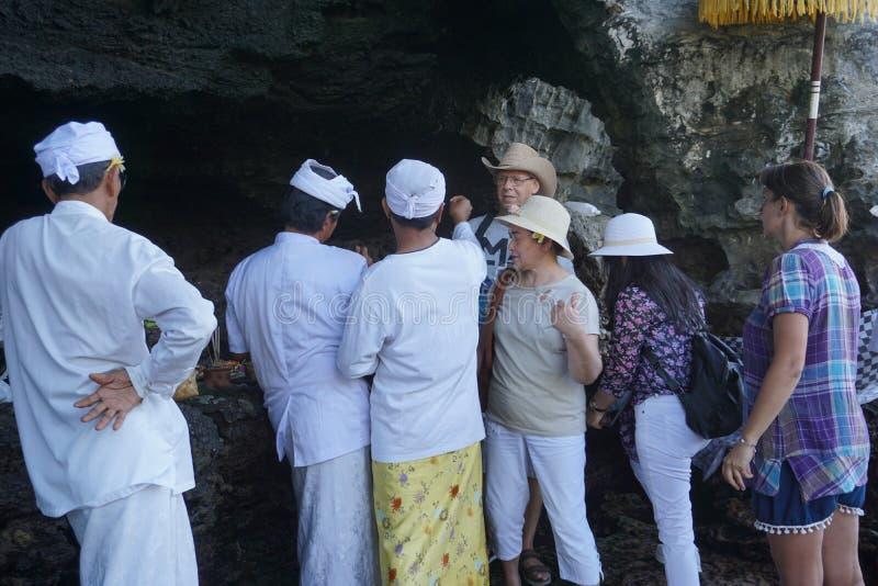 Tabanan Pura Tanah udział Hinduska świątynia budująca na wysepce Turysta błogosławi Hinduskim księdzem, Indonezja bali obraz stock