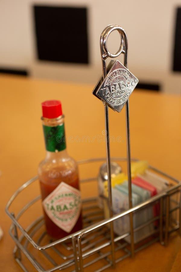 Tabasco-Marken auf einer Restauranttabelle lizenzfreie stockfotos