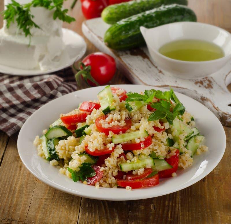 Tabboulehsalade met bulgur, peterselie en groenten royalty-vrije stock foto's