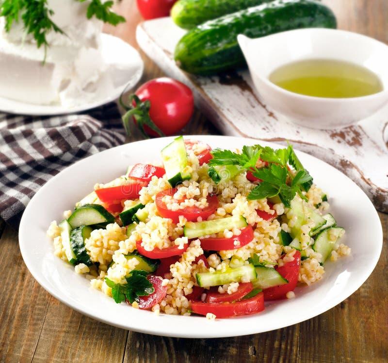 Tabboulehsalade met bulgur, peterselie en groenten stock afbeeldingen