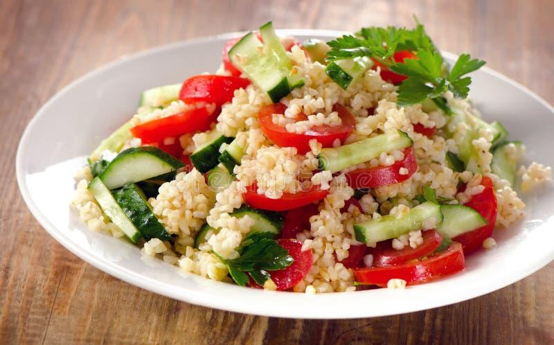 Tabboulehsalade met bulgur, peterselie en verse groenten stock foto's