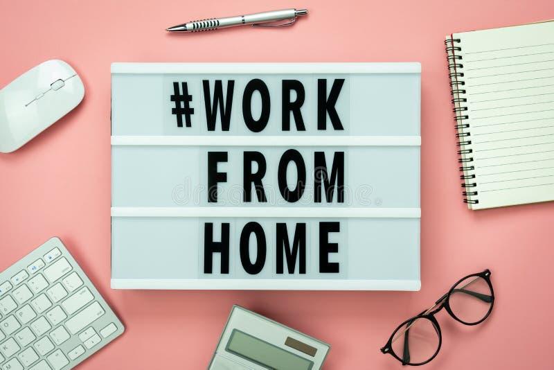 Tabel met bovenaanzicht luchtfoto's van accessoires op kantoor thuis voor werk met # WORK VAN THUIS-tekstachtergrondconcept Vlek stock foto