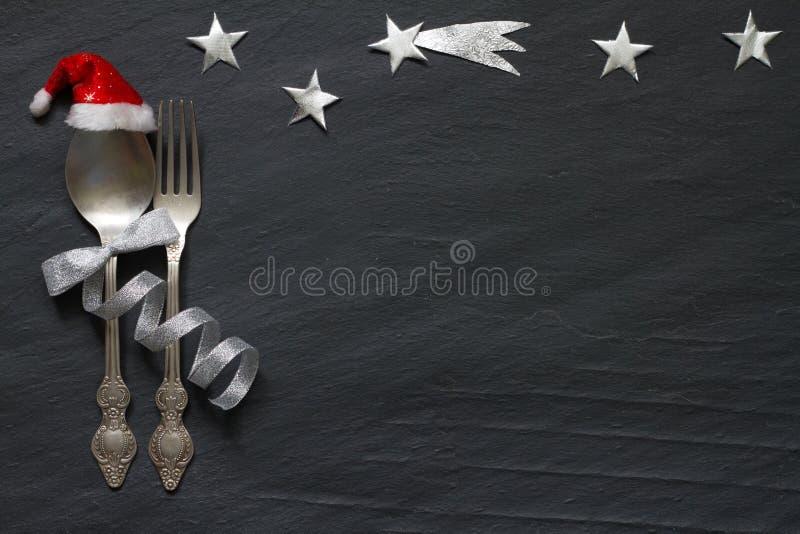 A tabela abstrata do Natal com cutelaria de prata e protagoniza na noite no fundo preto de mármore imagens de stock