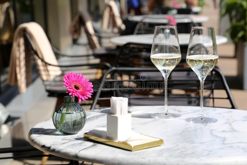 Tabela ajustada em um restaurante da rua, refeição romântica fotos de stock royalty free