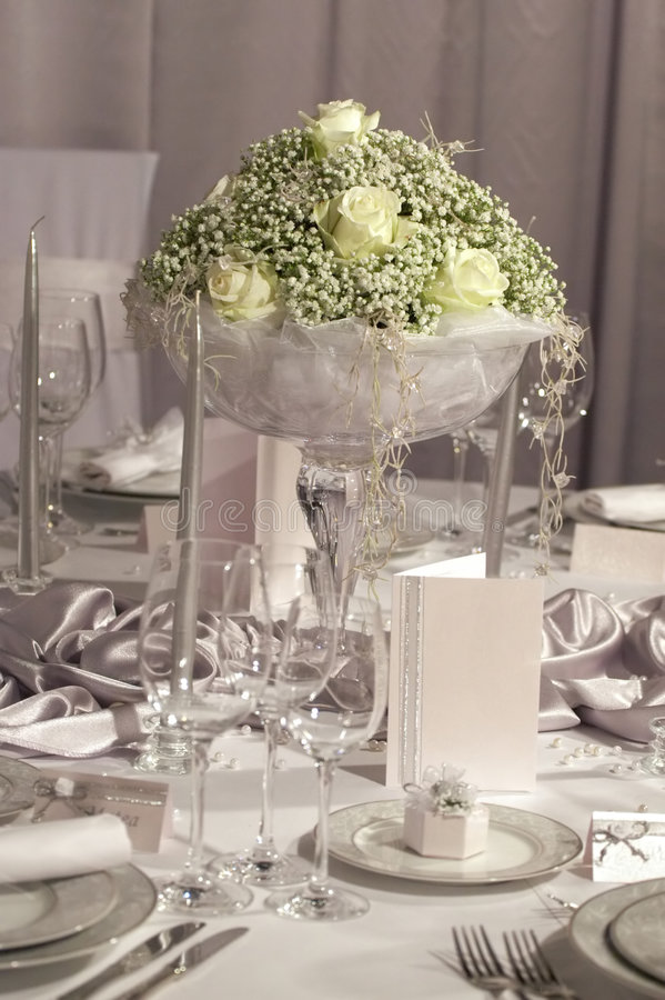 Tabela ajustada para o jantar de casamento foto de stock