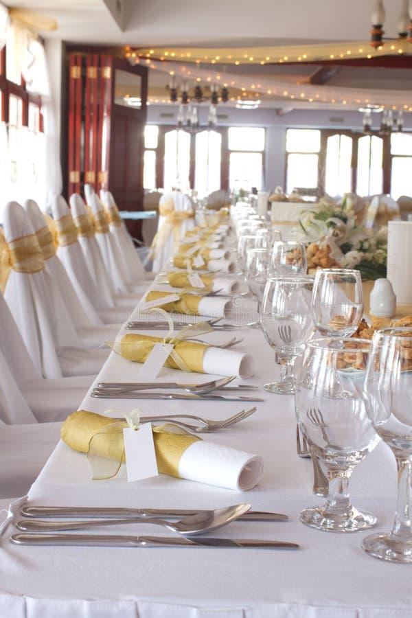 Download Tabela Ajustada Para Um Jantar De Casamento Foto de Stock - Imagem de ouro, alimento: 26515676