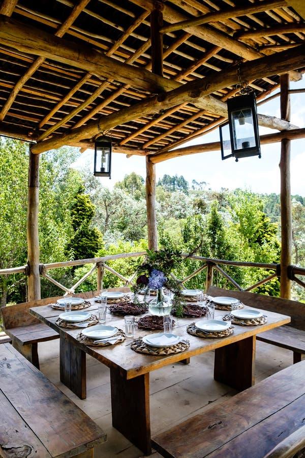 A tabela ajustou-se em uma cabana exterior com vistas bonitas à floresta imagem de stock royalty free