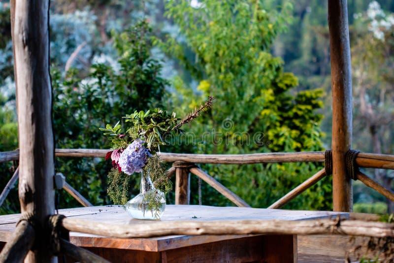 A tabela ajustou-se em uma cabana exterior com vistas bonitas à floresta imagens de stock