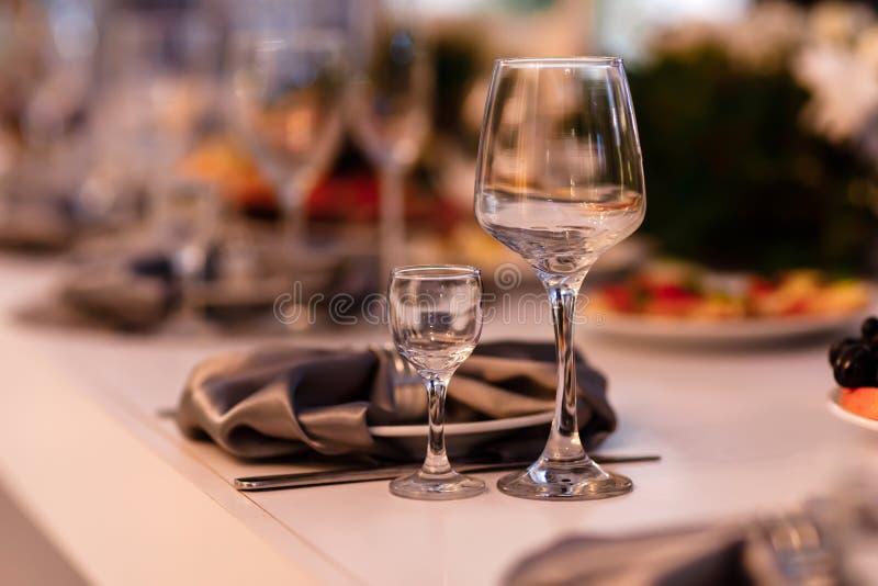 A tabela ajustou-se para um partido ou um copo de água do evento Ajuste da tabela do casamento Vidros de vinho fotografia de stock