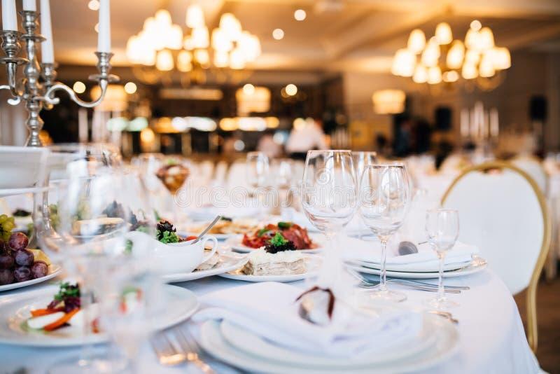 A tabela ajustou-se para um partido ou um copo de água do evento Banquete de casamento servido da tabela imagens de stock royalty free