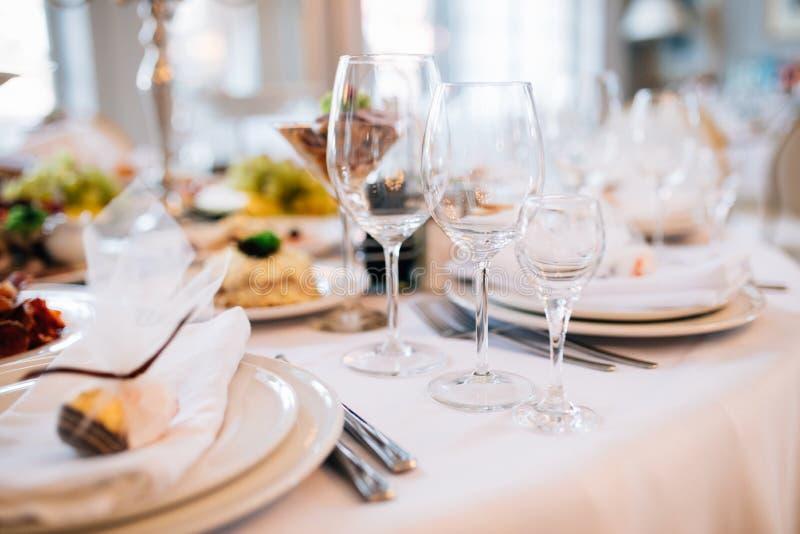 A tabela ajustou-se para um partido ou um copo de água do evento Banquete de casamento servido da tabela imagem de stock
