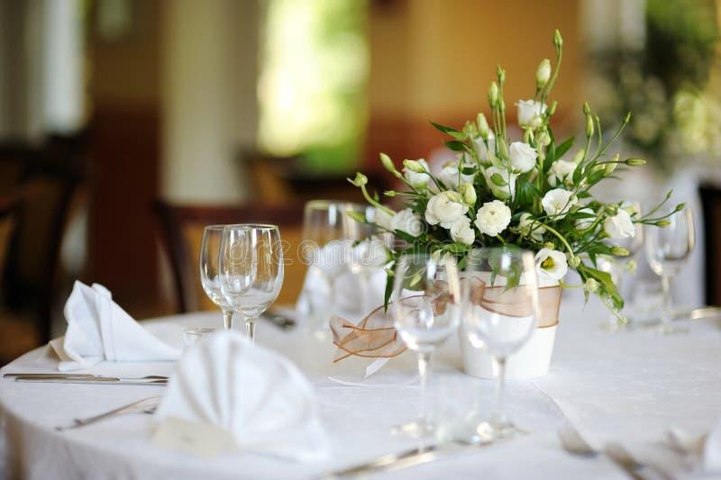 A tabela ajustou-se para um partido ou um casamento do evento foto de stock royalty free