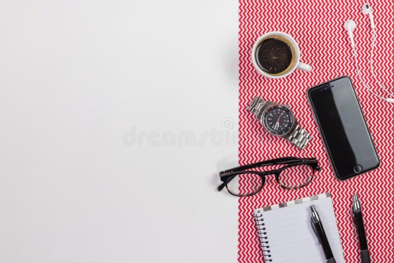 Tabela branca moderna com um caderno, pena da mesa de escritório, monóculos, imagem de stock royalty free