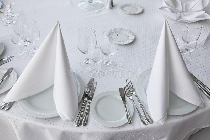 Tabela branca, servida ao banquete cerimonial iceberg do guardanapo fotografia de stock royalty free