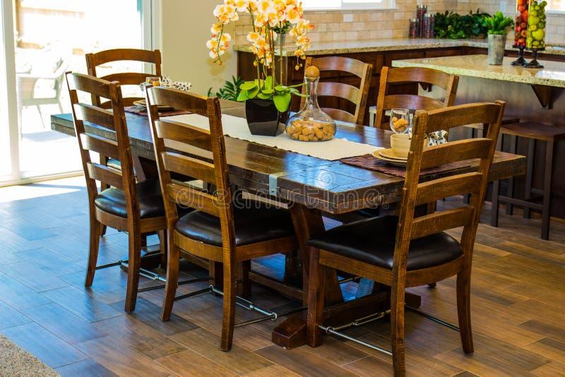 Tabela & cadeiras da sala de jantar na área da cozinha fotos de stock