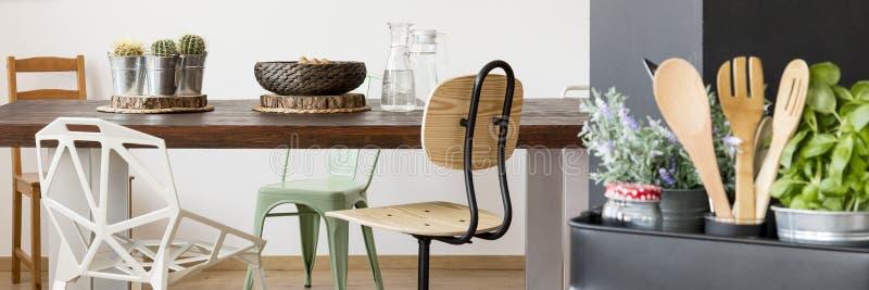 Tabela, cadeiras e utensílios de madeira da cozinha fotos de stock
