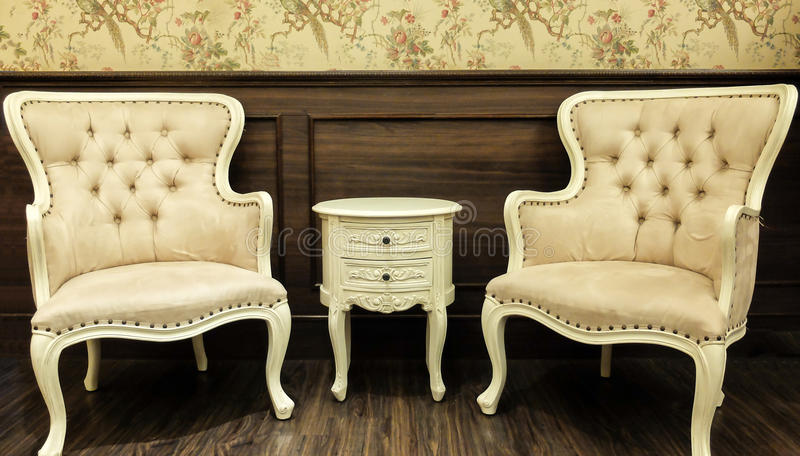 Tabela clássica do estilo do vintage e mobília chinesas da cadeira ajustada em uma sala de visitas imagens de stock