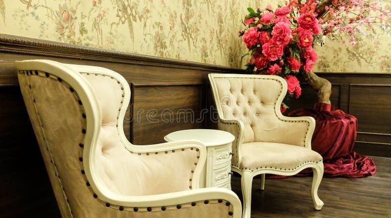 Tabela clássica do estilo do vintage e mobília chinesas da cadeira ajustada em uma sala de visitas fotos de stock