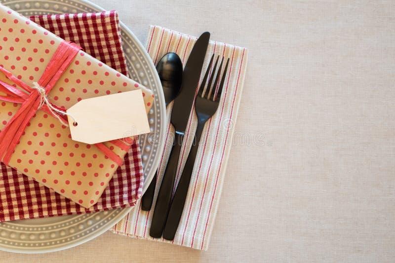 A tabela coloca o ajuste para um homem ou um menino para um jantar da celebração do dia da festa de anos ou de pai e a sala do fu foto de stock