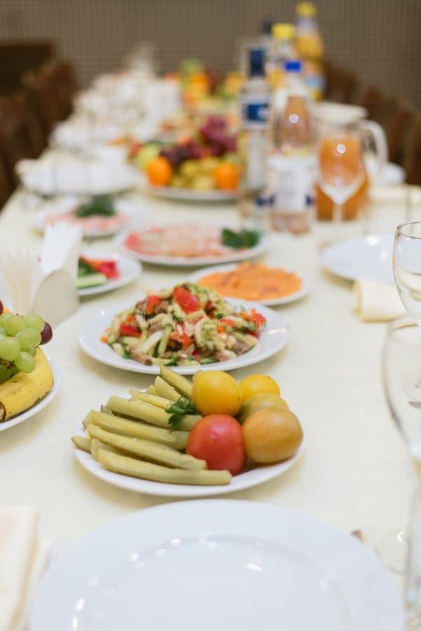 Tabela colocada com vegetais, saladas imagem de stock