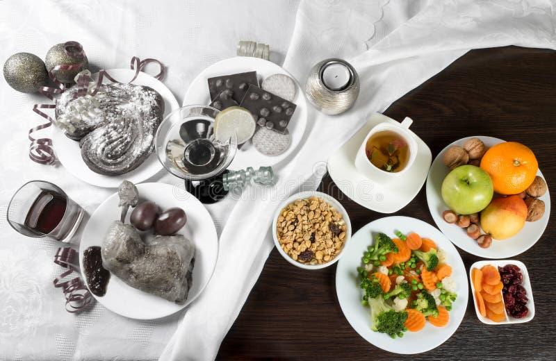 Tabela com alimento e álcool saudáveis e insalubres Assine a parada na parte com pratos e bebidas prejudiciais fotos de stock