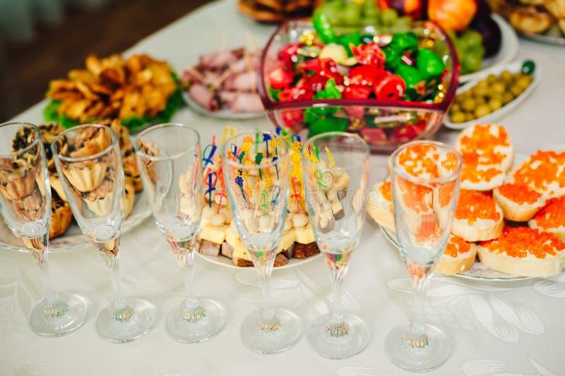 Tabela com alimento e bebida imagens de stock royalty free