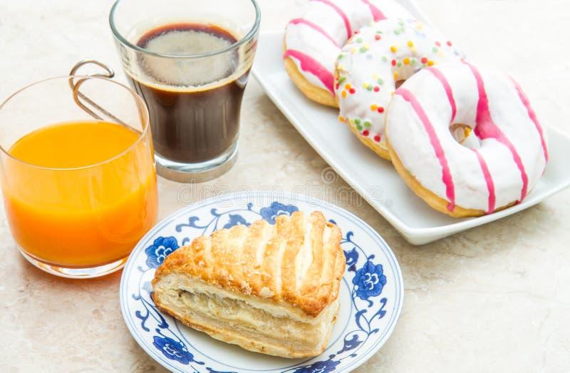 Tabela com anéis de espuma e café da manhã do croissant fotografia de stock royalty free