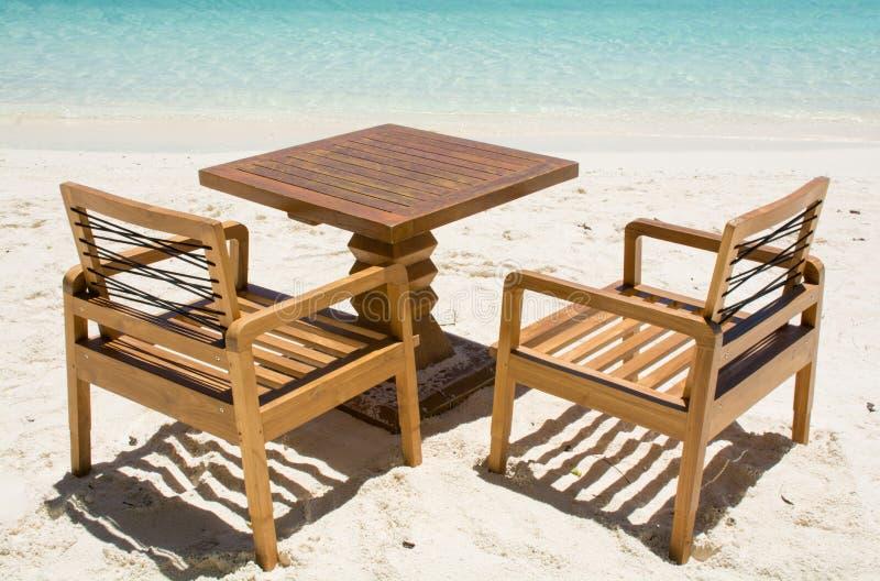 Tabela com as cadeiras na praia tropical em Maldivas imagem de stock royalty free