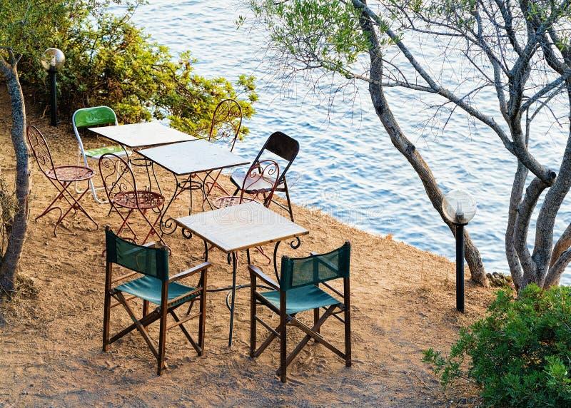 Tabela com as cadeiras no mar Sardinia de Costa Smeralda Mediterranean fotos de stock royalty free