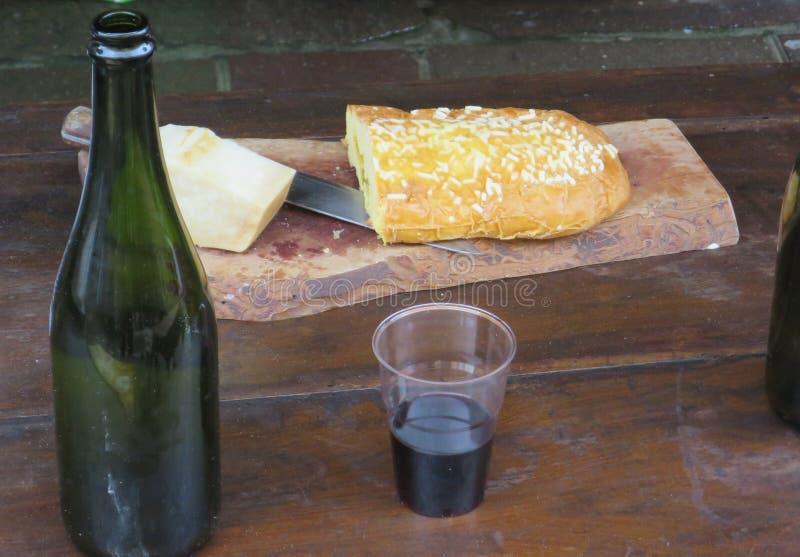 Tabela com bebida doce da bandeja e do vinho do queijo imagens de stock royalty free