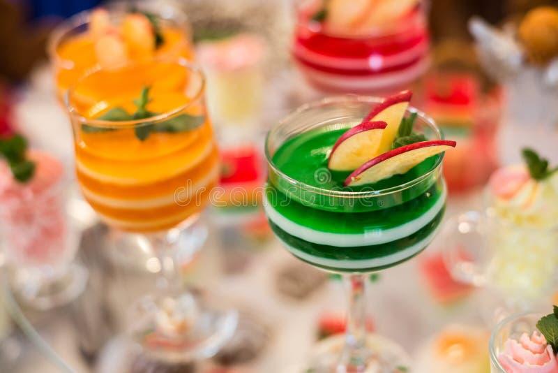 Tabela com doces, bolo de aniversário, cocktail, pastelarias foto de stock