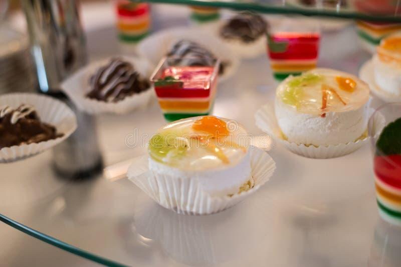Tabela com doces, bolo de aniversário, cocktail, pastelarias imagem de stock