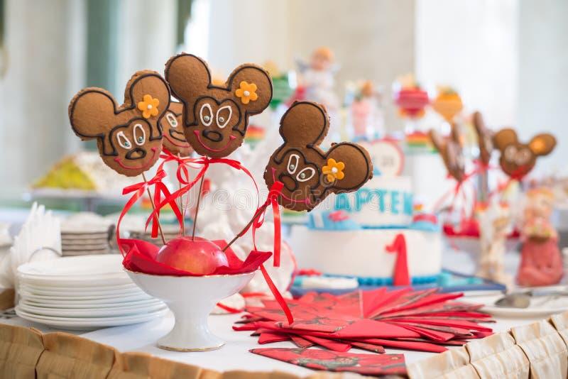 Tabela com doces, bolo de aniversário, cocktail, pastelarias imagens de stock