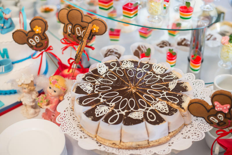 Tabela com doces, bolo de aniversário, cocktail, pastelarias fotos de stock royalty free