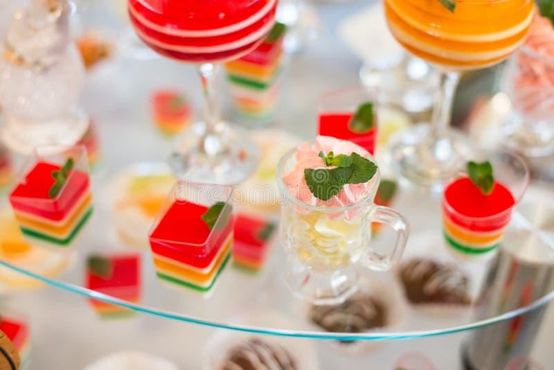 Tabela com doces, bolo de aniversário, cocktail, pastelarias fotografia de stock