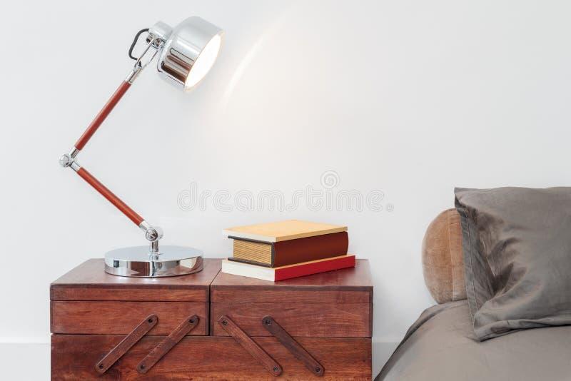 Tabela com lâmpada e livros fotografia de stock royalty free