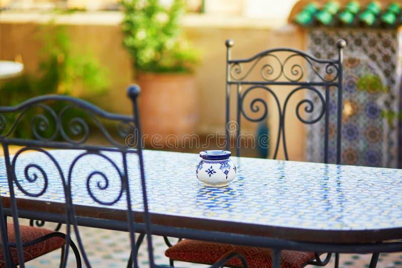 Tabela com o café marroquino acolhedor ain cerâmico azul da bandeja de cinza fotos de stock royalty free