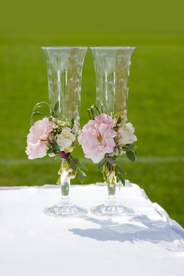 Tabela com vidros do casamento foto de stock