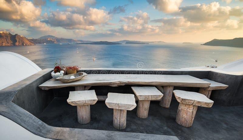 Tabela com vista em Santorini, Grécia imagem de stock