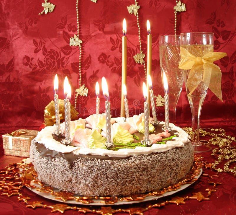 Tabela comemorativo (bolo e velas, dois vidros com champanhe, imagens de stock