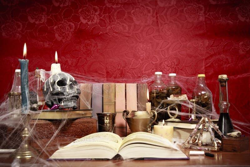 Tabela completamente de objetos relacionados da feitiçaria fotografia de stock