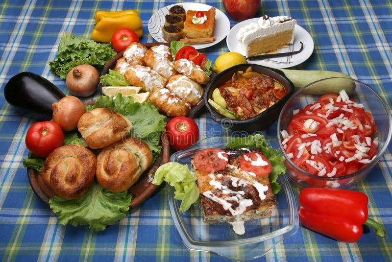 Tabela completamente de refeições tradicionais saborosos imagens de stock