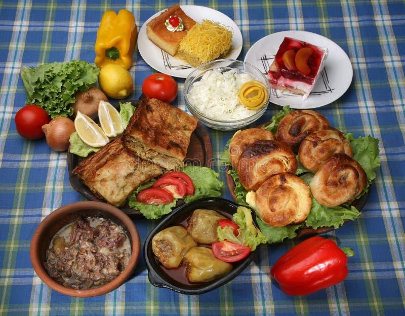 Tabela completamente de refeições tradicionais saborosos fotografia de stock